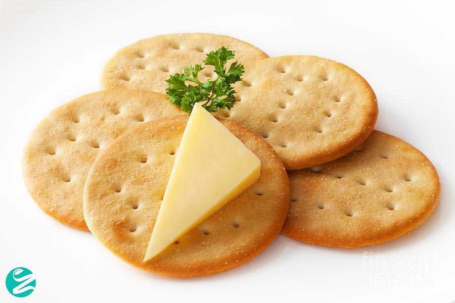 پنیر با نان کراکر