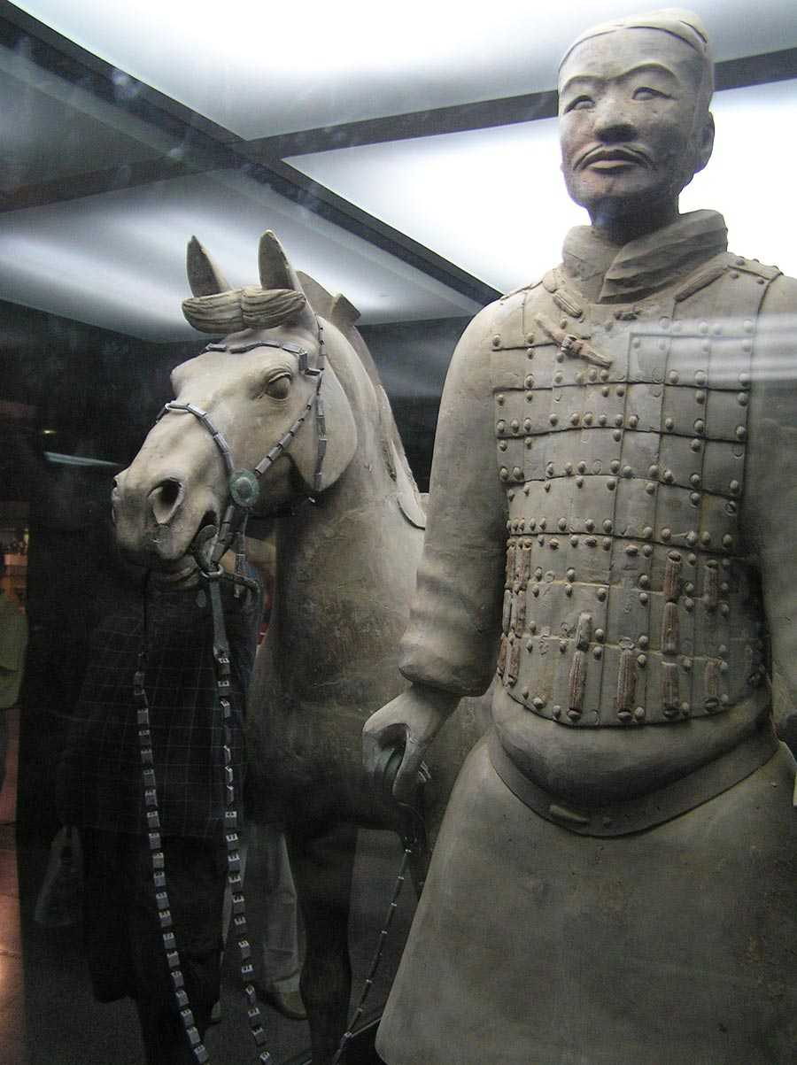 سرباز سفالین به همراه اسب