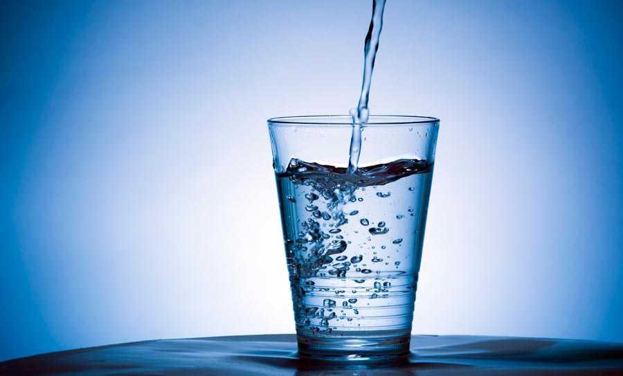 نوشیدن آب و از بین بردن چروک پوست