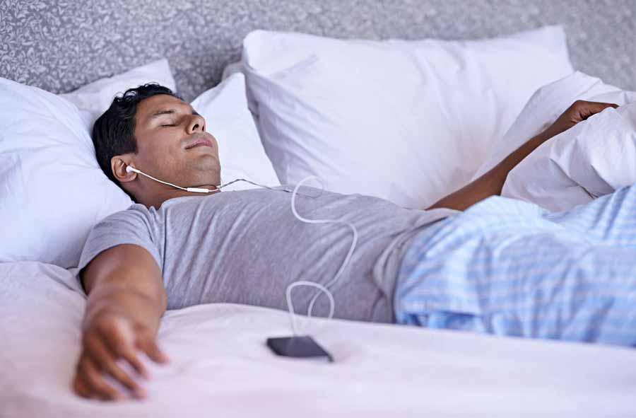 قبل از خواب به موسیقی گوش دهید