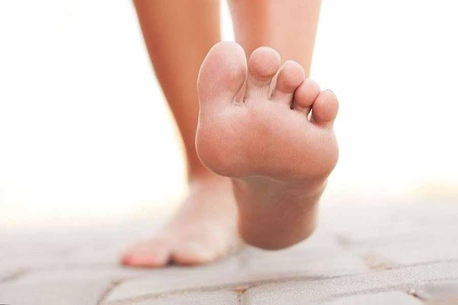 علت درد کف پا چیست و چگونه درمان میشود؟